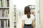 図書室に立つ女子学生後姿