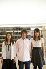 図書室の学生達男女3人