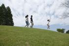 草原を歩くファミリー