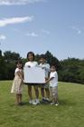ホワイトボードを持つ草原の子供達