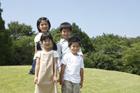 草原に立つ子供達4人