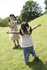 シャボン玉で遊ぶ女の子2人
