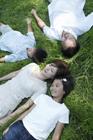 草原に寝転ぶファミリー