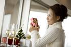 クリスマス プレゼントを持つ女性