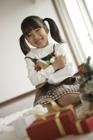 クリスマス クマのヌイグルミを抱く女の子