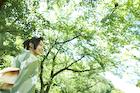 緑の木々と浴衣姿の女性
