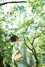緑の木々と浴衣姿の女性後姿