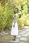 石畳の秋の小道に立つ女性