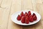 皿の上のイチゴ