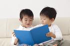 本を読む男の子2人