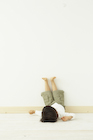 床に寝転ぶ男の子