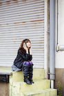 冬の屋外で腰掛ける女性