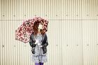 傘を差した女性