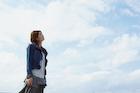 青空の雲と女性