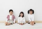 フローリングに座る3人の子供達