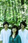 緑の森林で佇む笑顔の若者たち