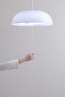 照明のスイッチひもを持つ手
