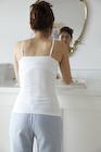 洗面台の鏡を見る女性