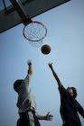 バスケットボールをする男性2人
