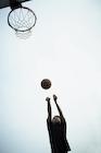 バスケットボールをする男性