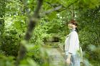 緑の木々を眺める女性