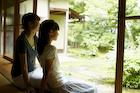 縁側から庭を眺める女の子と女性