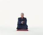 正座をする中高年男性