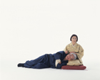 膝枕をする老夫婦