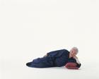 寝転がる中高年男性