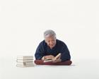 本を読む中高年男性