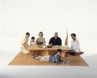 テーブルの三世代家族