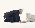 パソコンをする中高年男性