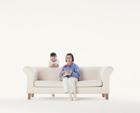 編物をする祖母と孫
