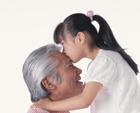 祖父にキスをする孫