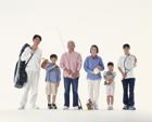 趣味を紹介する三世代家族