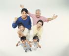 喜びを表わす三世代家族