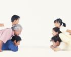 重ねた横顔の三世代家族