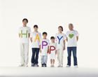 HAPPYのTシャツの三世代家族