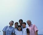 青空バックの三世代家族