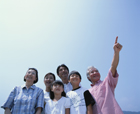 空を見上げる三世代家族