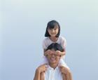 肩車をする父と娘