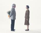 花束を渡す老夫婦