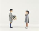 花束を渡す子供