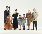 楽器を弾く三世代家族