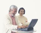 パソコンをする老夫婦
