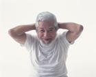 腹筋をする中高年男性