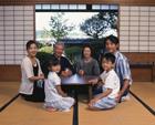 和室の三世代家族