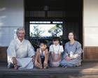縁側の祖父母と孫