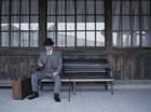 ベンチに座る中高年男性