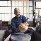 陶芸作品を見る中高年男性